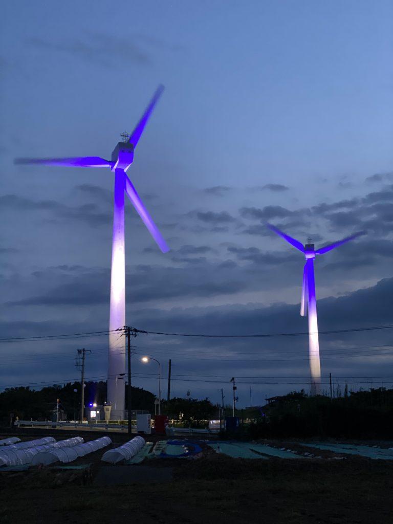ライトアップされた風力発電